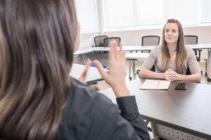 Conversation entre 2 femmes en signe
